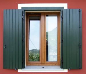 1-finestra-a-due-ante-in-pvc-ciliegio-e-balcone-a-due-ante-in-pvc-verde-mod-sportellone-con-cassa
