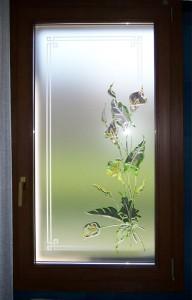 Finestra ad un'anta in Pvc ciliegio con vetro decorato a mano