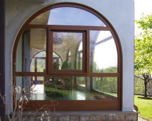 Serramento ad arco in Pvc ciliegio con finestra apribile