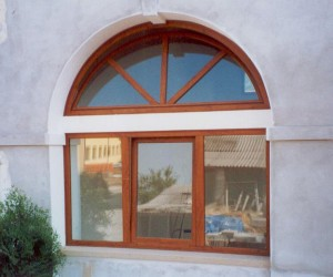 Finestra in Pvc ciliegio con arco superiore apribile