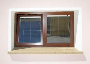 Finestra a due ante in Alluminio verniciato tinta legno con vetri con tende alla veneziana all'interno