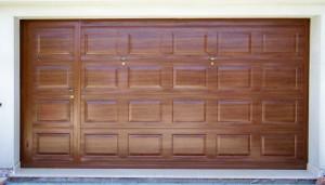 Porta basculante verniciata tinta legno con porta pedonale