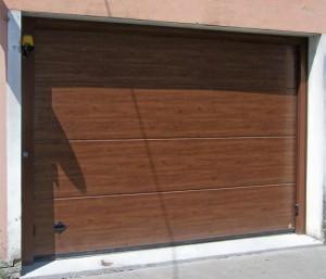 Porta sezionale verniciata tinta legno motorizzata