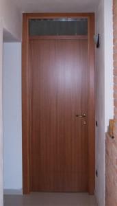 Porta in legno con sopraluce vetrato