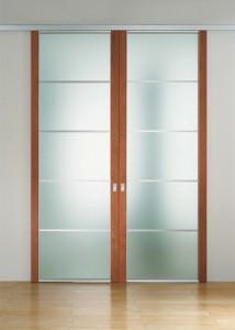 Porta scorrevole a due ante con due montanti in legno, traversini in alluminio e vetro temperato acidato
