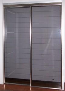 Porta scorrevole a due ante in alluminio con vetro temperato grigio millerighe