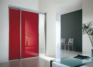 Porta scorrevole a due ante in alluminio con vetro temperato laccato rosso china