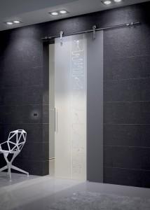 Porta scorrevole ad un'anta tutto vetro, binario a vista in acciaio inox, vetro temperato acidato con incisione people