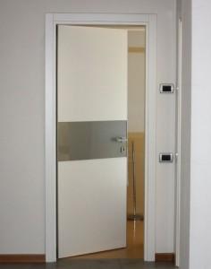 Porta laccata bianco con inserto in vetro retrolaccato alluminio