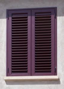 Balcone a due ante in alluminio verniciato rosso con doghe orientabili