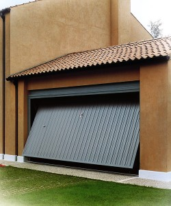 Basculante in acciaio verniciato con porta pedonale
