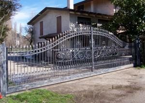 Cancello scorrevole in ferro zincato e verniciato con sfumature argento
