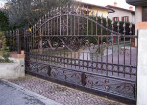 Cancello scorrevole in ferro zincato e verniciato con sfumature rame