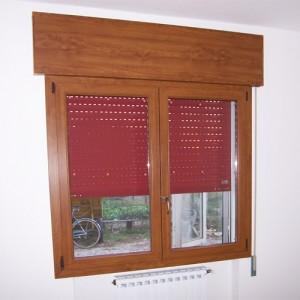 finestra-a-due-ante-in-pvc-ciliegio-con-cassonetto-e-tapparella-in-alluminio-coibentato-rosso