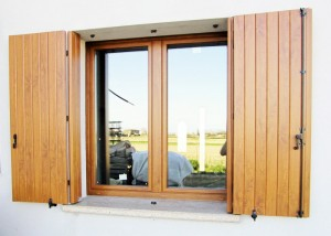 finestra-a-due-ante-in-pvc-ciliegio-e-balcone-a-due-ante-in-pvc-ciliegio-mod-padovana-3