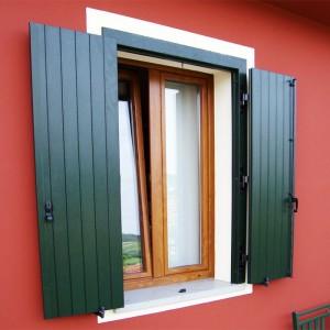 finestra-a-due-ante-in-pvc-ciliegio-e-balcone-a-due-ante-in-pvc-verde-mod-sportellone-con-cassa