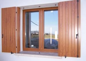 finestra-a-due-ante-in-pvc-ciliegio-e-balcone-in-pvc-ciliegio-mod-padovana