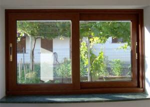 Finestra scorrevole a due ante in alluminio taglio termico verniciato tinta legno