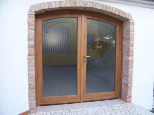 Porta ad arco finitura rovere e vetro decorato