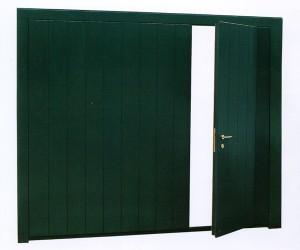 Porta basculante con rivestimento in legno e porta pedonale