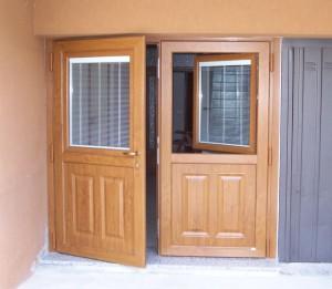 Porta con finestre apribili e vetri con veneziane all'interno