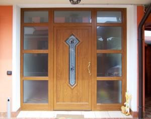 Porta finitura ciliegio con vetri decorati