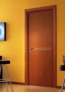 Porta in legno con inserti in alluminio