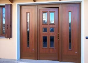 Portoncino a tre ante in alluminio taglio termico verniciato tinta legno con vetri decorati