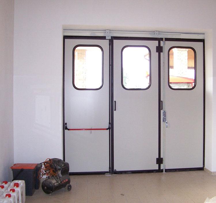 Portone con pannelli isolanti a tre ante con vetri