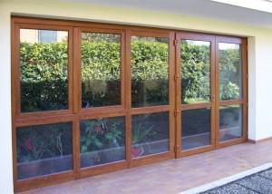 vetrata-in-pvc-ciliegio-con-porta-e-finestra-apribili
